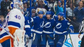 Stamkos, Lightning strike early, often to blow out Islanders in Game 5